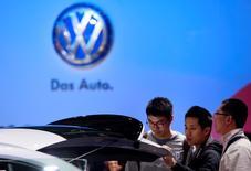 Visitantes miran un vehículo de Volkswagen durante el día para la prensa en la Feria Internacional de la Industria Automotriz de Shanghái 2015 en Shanghái. 20 de abril, 2013. La automotriz alemana Volkswagen AG es optimista de que una tendencia positiva de ventas de los dos trimestres previos continuará en China, el mayor mercado mundial del sector, dijo el domingo el jefe de la compañía para el gigante asiático, Jochem Heizmann. REUTERS/Aly Song
