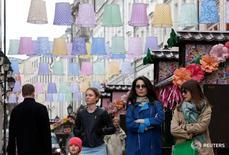 Люди в Столешниковом переулке в центре Москвы 21 апреля 2016 года. Рабочая неделя в Москве будет теплой, но дождливой, свидетельствует усреднённый прогноз, составленный на основании данных Гидрометцентра России, сайтов intellicast.com и gismeteo.ru. REUTERS/Grigory Dukor