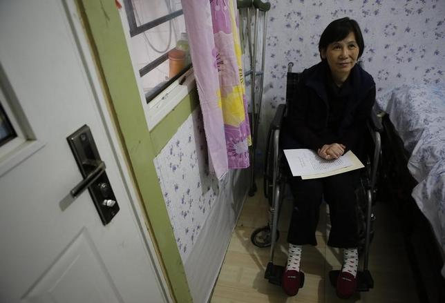 Disabled Chinese rights lawyer Ni Yulan sits on a wheelchair during her interview with Reuters at their home in Beijing October 6, 2013. REUTERS/Kim Kyung-Hoon