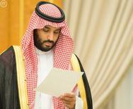 El príncipe saudí Mohamed bin Salman anunció el lunes un exhaustivo plan de reforma, que dijo que transformaría al reino en una potencia global de inversión y desligaría al máximo exportador mundial de crudo de su dependencia del petróleo para 2020. En la imagen, el príncipe Mohamed bin Salman mira a un documento después de que el Consejo de Ministros acordase implementar un plan de reformas llamado Visión 2030 en Riad, el 25 de abril de 2016. REUTERS/Saudi Press Agency/Handout
