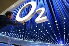 El regulador antimonopolio de la UE vetará la oferta de CK Hutchison Holdings de 10.300 millones de libras para convertirse en el mayor operador de telefonía móvil de Reino Unido, dijeron el lunes dos personas familiarizadas con el asunto. En la imagen, un trabajador coloca un logotipo de la operadora de telefonía móvil birtánica O2 en la feria CeBIT de Hanover, Alemania, el 6 de marzo de 2006. Reuters/Christian Charisius