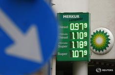 Табло с ценами на бензин на запрваке в Вене 1 февраля 2016 года. BP сообщила во вторник, что может вновь сократить капитальные расходы после обвала прибыли в первом квартале на 80 процентов в годовом сравнении из-за снижения цен на нефть. REUTERS/Heinz-Peter Bader