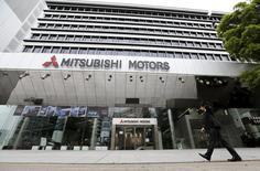 Mitsubishi Motors a reconnu mardi avoir falsifié des tests d'économies de carburant depuis 25 ans, soit depuis bien plus longtemps qu'il ne l'avait admis jusqu'à présent, et a annoncé la mise en place d'une commission d'enquête externe. /Photo prise le 21 avril 2016/REUTERS/Toru Hanai