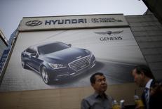 Hyundai Motor a vu son bénéfice baisser en janvier-mars pour le neuvième trimestre de suite, sous le coup d'un ralentissement de ses ventes en Chine et dans d'autres pays émergents comme la Russie et le Brésil. Le bénéfice net s'est établi à 1.690 milliards de wons (1,30 milliard d'euros), en baisse de 12% mais supérieur au consensus de 1.460 milliards. /Photo prise le 25 avril 2016/REUTERS/Kim Hong-Ji