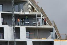 La demande de logements neufs a connu une nette amélioration au premier trimestre en France, selon l'enquête trimestrielle de l'Insee sur la conjoncture dans la promotion immobilière publiée mardi. /Photo d'archives/REUTERS/Philippe Wojazer