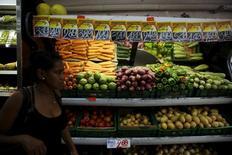 Una mujer pasa junto a la sección de verduras en un mercado en Río de Janeiro, sep 24, 2015. La confianza del consumidor brasileño cayó en abril por segundo mes consecutivo y tocó su menor nivel histórico, dijo el martes la privada Fundación Getulio Vargas (FGV).  REUTERS/Pilar Olivares