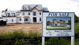Una casa en construcción a la venta en Virginia, Estados Unidos. 23 de agosto de 2010. Los precios anualizados de las casas unifamiliares en Estados Unidos subieron menos de lo previsto en febrero, mostró un sondeo publicado el martes. REUTERS/Kevin Lamarque