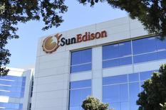 El logo de SunEdison en la sede de la compañía en Belmont, California. 6 de abril de 2016. La estadounidense SunEdison, que la semana pasada se declaró en bancarrota, dijo el martes que acordó la venta de parte de sus activos en Chile a la generadora local Colbún, junto con la suscripción de contratos de suministros de largo plazo. REUTERS/Noah Berger
