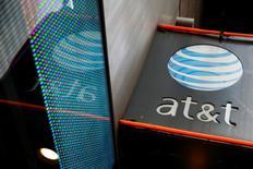 AT&T a publié un chiffre d'affaires trimestriel en hausse de près d'un quart et un bénéfice supérieur aux attentes, grâce à l'intégration de l'opérateur de télévision par satellite DirecTV, racheté l'an dernier pour 48,5 milliards de dollars. /Photo d'archives/REUTERS/Shannon Stapleton
