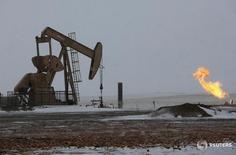 Станок-качалка в Уиллистоне, Северная Дакота 11 марта 2013 года. Цены на нефть выросли примерно на полдоллара в среду, оставаясь вблизи пиков 2016 года благодаря улучшению настроений инвесторов и ослаблению доллара, хотя аналитики предупредили, что апрельская тенденция к повышению вскоре может сойти на нет. REUTERS/Shannon Stapleton