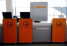 Le trafic aérien est perturbé mercredi en Allemagne en raison d'un appel à la grève chez Lufthansa lancé par le syndicat Verdi qui réclame des hausses de salaire. /Photo prise le 22 avril 2016/REUTERS/Michael Dalder