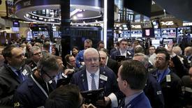 Operadores trabajando en la bolsa de Wall Street en Nueva York, abr 15, 2016. El índice Nasdaq de Wall Street caía el miércoles arrastrado por el fuerte descenso de las acciones de Apple, mientras que el promedio industrial Dow Jones y el índice S&P 500 operaban estables a la espera de la decisión sobre las tasas de interés que revelará más tarde la Reserva Federal de Estados Unidos.  REUTERS/Brendan McDermid