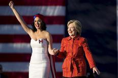 Pré-candidata democrata à Presidência dos EUA Hillary Clinton ao lado da cantora Katy Perry durante evento de campanha em Des Moines, Iowa. REUTERS/Scott Morgan