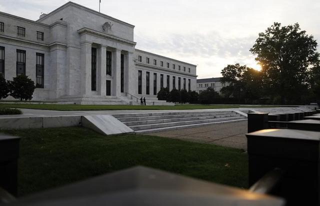 4月27日、米FRBはFOMCで政策金利の据え置きを決定した。写真は2013年7月、ワシントンのFRB前で撮影(2016年 ロイター/Jonathan Ernst)