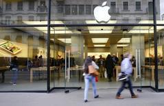 People walk in front of a branch of U.S. technology company Apple in Zurich, Switzerland April 5, 2016. REUTERS/Arnd Wiegmann