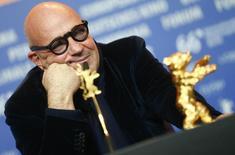 Diretor Gianfranco Rosi recebe prêmio no Festival de Berlim. 20/2/2016.          REUTERS/Hannibal Hanschke