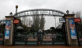 El operador de parques de ocio Parques Reunidos se estrenará en el parqué a un precio de 15,50 euros por acción, en la parte más baja del rango provisional (15,50 a 20,50 euros), lo que valora la compañía en unos 1.240 millones de euros. En la imagen, las puerta del Parque de Atracciones de Madrid, de Parques Reunidos, en Madrid, el 20 de abril de 2016. REUTERS/Sergio Perez
