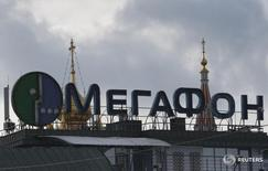 Реклама Мегафона на здании в Москве 27 февраля 2016 года. Второй по доле рынка телекоммуникационный оператор России Мегафон по итогам первого квартала 2016 года увеличил чистую прибыль на 19,4 процента до 8,84 миллиарда рублей благодаря прибыли от курсовых разниц, сообщила компания в четверг. REUTERS/Grigory Dukor