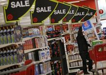 """Un comprador durante la venta del """"Viernes Negro"""" en una tienda Target en Chicago, Illinois, Estados Unidos. 27 de noviembre de 2015. El crecimiento económico de Estados Unidos probablemente se estancó en el primer trimestre, cuando un enfriamiento de la demanda interna y la fortaleza del dólar siguieron socavando las exportaciones. REUTERS/Jim Young"""