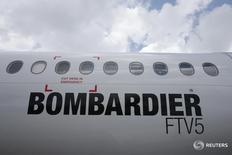 Лайнер Bombardier C-Series на авиашоу в Сингапуре 18 февраля 2016 года. Авиапроизводитель Bombardier Inc объявил в четверг о широко ожидаемом заказе от Delta Air Lines на пассажирские лайнеры семейства CSeries, дающем шанс на восстановление канадской компании, которая также отчиталась о квартальном убытке. REUTERS/Edgar Su