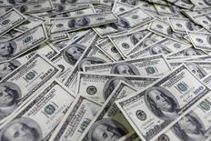 Le PIB américain a progressé de 0,5% seulement en rythme annualisé au premier trimestre, avec la baisse de la consommation des ménages et l'impact défavorable de l'appréciation du dollar sur les exportations. C'est le chiffre le plus faible enregistré depuis deux ans. /Photo d'archives/REUTERS/Lee Jae-Won