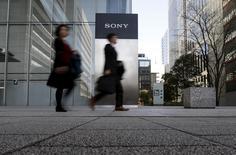 Personas saliendo de la sede de Sony Corp en Tokio, Japón. 27 de enero de 2016. El fabricante japonés de aparatos electrónicos Sony Corp reportó el jueves una pérdida anual en su división de sensores de imágenes, despertando temores de que la reactivación de la firma en los últimos años pueda estar perdiendo impulso, incluso a pesar de que los recortes de costos le ayudaron a lograr su mayor ganancia operativa anual en ocho años. REUTERS/Yuya Shino/Files