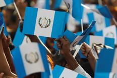 Imagen de archivo de unas personas con unas banderas de Guatemala en una celebración en Colonia La Alameda, ene 13, 2013. Guatemala colocará el jueves un bono a 10 años en una operación por hasta 700 millones de dólares, la primera oferta internacional del país en tres años, informó IFR, un servicio de información financiera de Thomson Reuters.  REUTERS/Jorge Dan Lopez