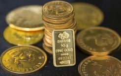 Золото в помещении дилера Hatton Garden Metals в Лондоне 21 июля 2015 года. Золото в четверг подорожало на 1 процент до недельного максимума после того, как Банк Японии не стал менять политику, что привело к усилению иены по отношению к доллару, а ФРС США заявила о нежелании ужесточать денежно-кредитную политику. REUTERS/Neil Hall