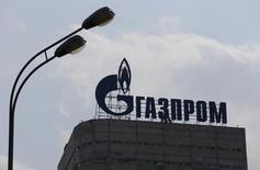 Логотип на здании Газпрома в Москве 10 августа 2015 года. Чистая прибыль акционеров Газпрома в 2015 году выросла почти в пять раз до 787 миллиардов рублей со 159 миллиардов рублей в 2014 году, сообщила компания в четверг. REUTERS/Maxim Shemetov