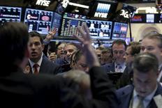 Трейдеры на торгах Нью-Йоркской фондовой биржи 20 апреля 2016 года. Уолл-стрит открыла торги четверга разнонаправленной динамикой, после того как Банк Японии удивил рынки, решив не расширять меры стимулирования экономики, а также после данных о росте ВВП США за первый квартал. REUTERS/Brendan McDermid