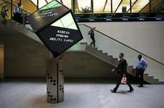Las bolsas europeas revirtieron las tempranas bajadas y cerraron el jueves con una mínima alza, tras caer durante gran parte de la sesión después de que el Banco de Japón decidiese inesperadamente no ampliar sus estímulos monetarios, mientras BBVA y Airbus registraron resultados decepcionantes. En la imagen, gente camina por el vestíbulo de la Bolsa de Londres en Reino Unido, el 25 de agosto de 2015.  REUTERS/Suzanne Plunkett/File photo