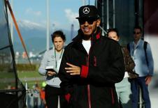 Hamilton chega ao GP da Rússia em Sochi. 28/4/16.  REUTERS/Maxim Shemetov