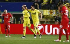 Jogadores do Villarreal comemoram gol contra o Liverpool. 28/4/16.  Reuters/Albert Gea
