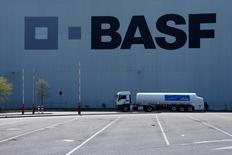 BASF a annoncé vendredi une baisse de 8% de son bénéfice d'exploitation au premier trimestre, moins importante que prévu et résultant des effets négatifs de la baisse des cours pétroliers sur sa division pétrole et gaz. Le bénéfice d'exploitation, ajusté des éléments exceptionnels, est de 1,91 milliard d'euros. /Photo d'archives/REUTERS/Ralph Orlowski