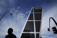 La entidad financiera controlada por el Estado español, Bankia <BKIA.MC>, anunció el viernes un descenso de su beneficio neto a marzo en un contexto de bajos tipos de interés que no se pudo ver compensado por unas menores provisiones. En la imagen de archivo, una hombre pasa cerca de la sede de Bankia en Madrid, el 17 de febrero de 2016. REUTERS/Susana Vera