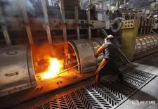 A worker operates an electrolysis furnace, which produces aluminium from raw materials, at the Rusal Krasnoyarsk aluminium smelter in the Siberian city of Krasnoyarsk, May 18, 2011. The Krasnoyarsk smelter accounts for 24% of aluminium production in Russia and for 2.5% of global output, according to the company.  REUTERS/Ilya Naymushin  (RUSSIA - Tags: BUSINESS) - RTR2MKTN
