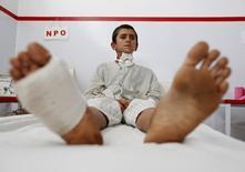"""Раненый афганский мальчик, выживший при американском авиаударе по госпиталю """"Врачей без границ"""" в Кундузе. Фото от 8 октября 2015 года. Пентагон объявит в пятницу о дисциплинарном наказании 16 американских военных в связи со смертоносным авиаударом 3 октября прошлого года, разрушившем больницу международной организации """"Врачи без границ"""" в Афганистане, сообщили Рейтер американские чиновники. REUTERS/Mohammad Ismail"""