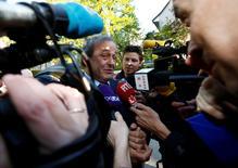 Presidente suspenso da Uefa, Michel Platini, falando a repórteres em Lausanne.   29/04/2016     REUTERS/Denis Balibouse