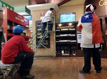Empleados de un supermercado miran un partido de fútbol, en La Serena, Chile. 15 de junio de 2015. Las ventas reales de los supermercados en Chile crecieron un 1,1 por ciento interanual en marzo, muy por debajo del mes precedente ante un desfavorable efecto calendario, dijo el viernes una entidad gubernamental. REUTERS/Marcos Brindicci