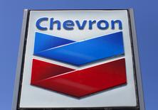 Foto de archivo de un cartel de Chevron en una de sus gasolinerías en Del Mar, California. 25 de abril de 2013. El productor estadounidense de petróleo Chevron Corp reportó el viernes una pérdida en el primer trimestre debido a la caída de los precios del crudo y los débiles márgenes de refinación. REUTERS/Mike Blake/Files