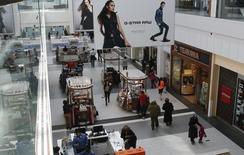 Personas comprando en un centro comercial, en Garden City, Nueva York, Estados Unidos. 22 de febrero de 2015. La inflación en Estados Unidos avanzó apenas en marzo porque el gasto de los consumidores se mantuvo débil, reduciendo las posibilidades de que la Reserva Federal suba las tasas de interés dos veces este año. REUTERS/Shannon Stapleton