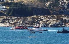 Спасатели на месте крушения вертолета у берегов Норвегии близ Бергена 29 апреля 2016 года. Спасатели нашли 11 тел погибших на месте крушения вертолета с 13 людьми на борту у западного побережья Норвегии в пятницу, сообщил представитель спасательных служб страны каналу NRK.  NTB Scanpix/Marit Hommedal/via REUTERS