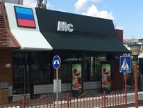 Бывшее здание ресторана McDonald's, где теперь работает бургерная под вывеской Mc, в Луганске 29 апреля 2016 года. McDonald's  сообщила, что ее юристы проводят расследование после того, как в подконтрольном сепаратистам Луганске бизнесмены открыли бургерную в стиле американской сети на месте ее кафе, закрытого два года назад. REUTERS/Stringer