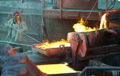 Un trabajador monitoreando un proceso en la fundidora de cobre Ventanas de la estatal Codelco en Ventanas, Chile, ene 7, 2015. Chile alcanzó un superávit fiscal del 0,5 por ciento en el primer trimestre de este año, debido a una recaudación extraordinaria por registro de capitales, que más que compensó la caída en los ingresos provenientes del cobre, la principal exportación del país, dijo el viernes el Gobierno.  REUTERS/Rodrigo Garrido