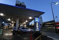 Una gasolinera de YPF en Buenos Aires. 4 de febrero de 2016.  El empresario Miguel Ángel Gutiérrez fue nombrado formalmente el viernes como presidente de la petrolera estatal argentina YPF en reemplazo de Miguel Galuccio, dijo una fuente que estuvo presente en la asamblea de accionistas de la firma. REUTERS/Enrique Marcarian