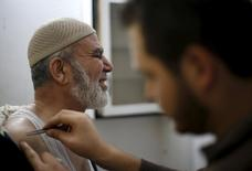 A Palestinian man, who suffers from shoulder pains, receives bee -sting therapy  at Rateb Samour's clinic in Gaza City April 11, 2016.  REUTERS/Suhaib Salem