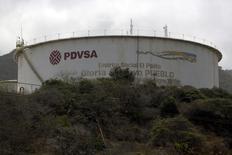 El logo de PDVSA, sobre un tanque de su refinería El Palito en Puerto Cabello, Velezuela, March 2, 2016. El craqueador catalítico de la refinería Amuay de la petrolera estatal venezolana PDVSA, con capacidad para procesar 645.000 barriles por día (bpd) de crudo, se encuentra detenido desde el jueves, y la refinería estaba operando en alrededor de 335.000 bpd, dijo un dirigente sindical. REUTERS/Marco Bello