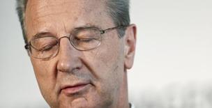 El ministro de Finanzas de Alemania, Wolfgang Schäuble, criticó al consejo ejecutivo del cuestionado fabricante de automóviles Volkswagen por no renunciar a los bonus corporativos pese a los duros momentos por los que atraviesa la compañía. En la imagen, Hans Dieter Poetsch, presidente del consejo supervisor de Volkswagen AG, en una rueda de prensa, en la sede del grupo en Wolfsburgo, Alemania, 22 de abril de 2016. REUTERS/Hannibal Hanschke