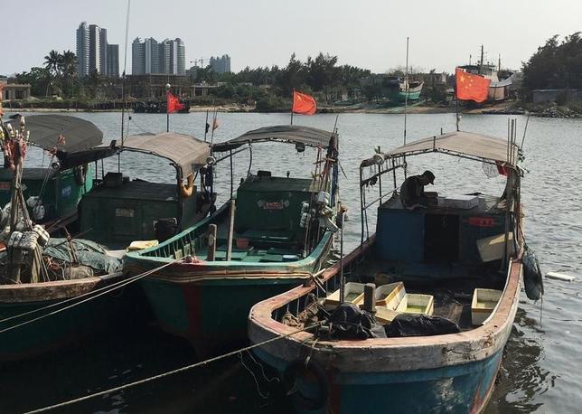 5月1日、中国は、領有権を争う南シナ海へ送り込む漁船団の「高性能化」を進めており、海南島の漁船団は、軍事訓練や助成金はもちろん燃料や氷に至るまで、あらゆる支援を受けている。写真は、同島潭門鎮で4月撮影(2016年 ロイター/Megha Rajagopalan)