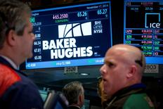 Le groupe parapétrolier Baker Hughes a annoncé lundi son intention de racheter pour 1,5 milliard de dollars (1,4 milliard d'euros) d'actions et 1,0 milliard de dollars de dette en utilisant l'indemnité de rupture de 3,5 milliards de dollars qu'il touchera à la suite de l'abandon de son projet de fusion avec Halliburton. /Photo d'archives/REUTERS/Brendan McDermid